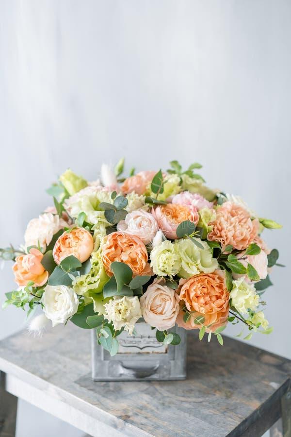 Букет свежих цветков весны на серой предпосылке стены цветочная композиция в винтажной вазе металла цветочный магазин, флорист стоковое изображение