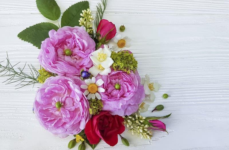Букет стоцвета роз на белой деревянной предпосылке бесплатная иллюстрация