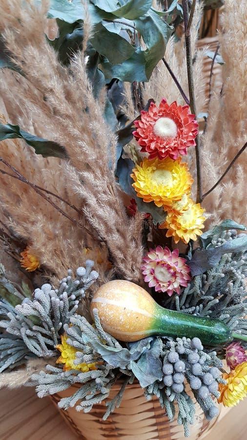 Букет с высушенными цветками, небольшая тыква осени стоковые изображения rf