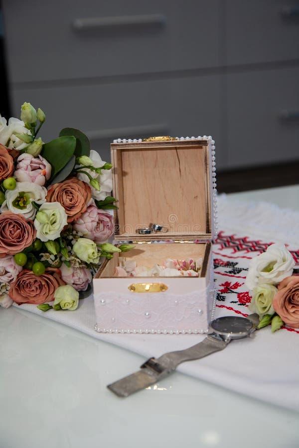 Букет с красивыми розами и обручальными кольцами стоковое фото rf