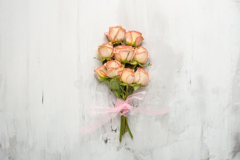 Букет с розовыми розами на мраморной предпосылке, подарке концепции для ваше любимого праздничная предпосылка, годовщина, свадьба стоковая фотография