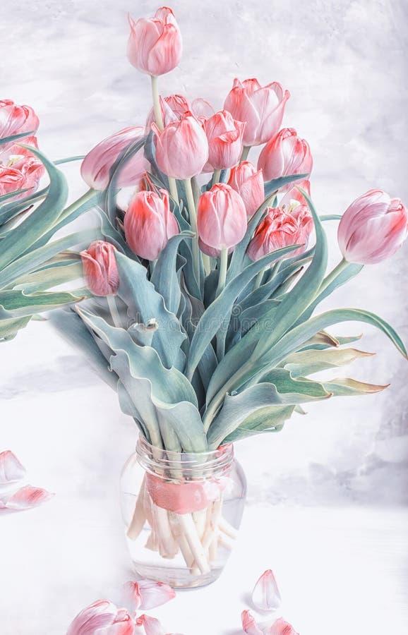 Букет тюльпанов увядать сирени на серой предпосылке стоковое фото rf