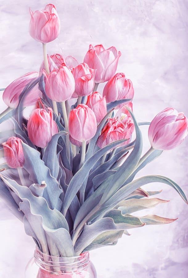 Букет тюльпанов увядать сирени на серой предпосылке стоковые изображения rf