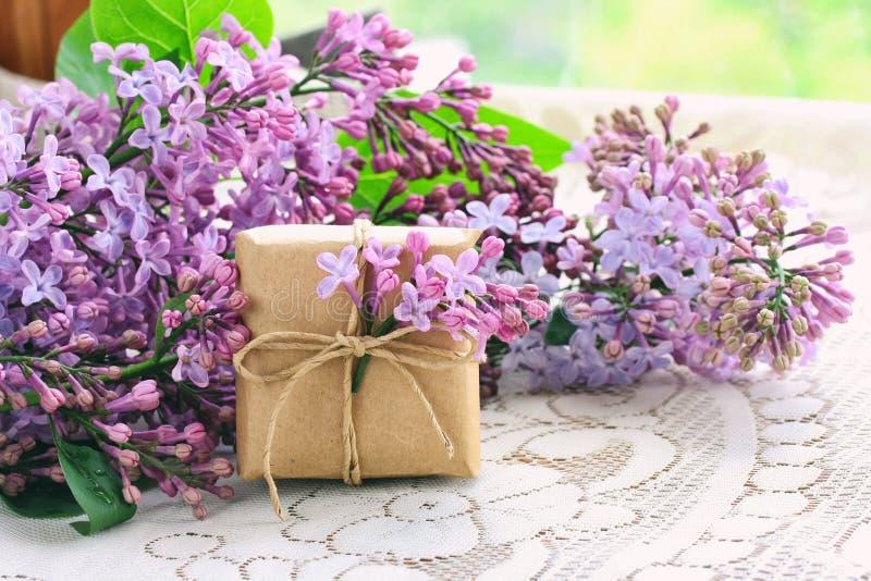 Букет фиолетовой сирени, малой подарочной коробки стоковое фото