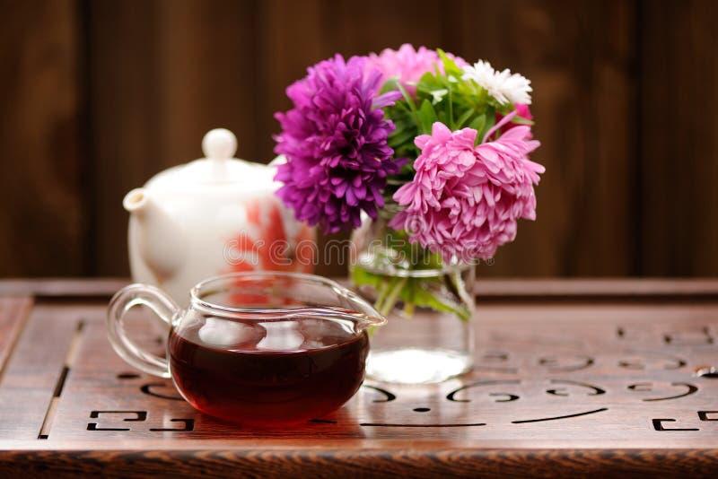 Букет фиолетовых и розовых астр и teaware для китайского ce чая стоковое фото rf