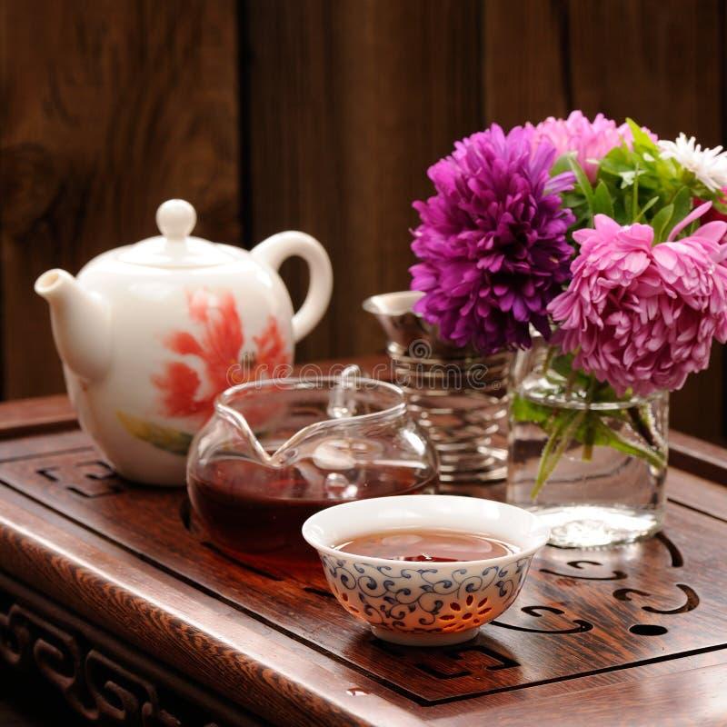 Букет фиолетовых и розовых астр и teaware для китайского ce чая стоковое фото