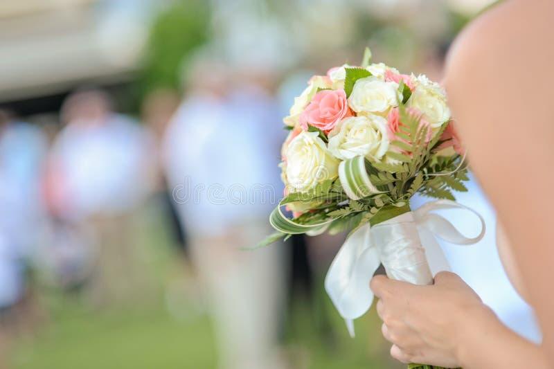 Букет цветка в руке для свадебной церемонии стоковые фотографии rf