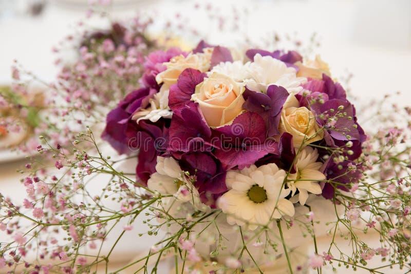 Букет цветков аранжирует для украшения в домашнем hd стоковые изображения rf