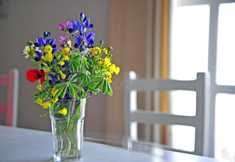 Букет цветков весны на таблице стоковое фото rf