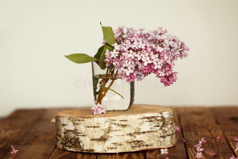 Букет цветков весны сирени на деревянном стоковое изображение
