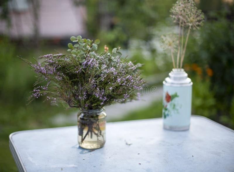 Букет цветков дикого розмаринового масла на таблице outdoors стоковые фотографии rf