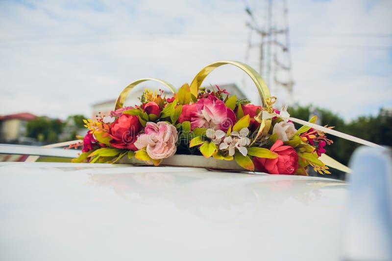 Букет цветков оформления автомобиля свадьбы свадьба цветков украшения автомобиля стоковые изображения rf