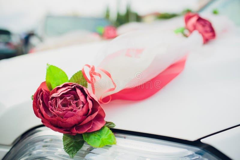 Букет цветков оформления автомобиля свадьбы свадьба цветков украшения автомобиля стоковое фото