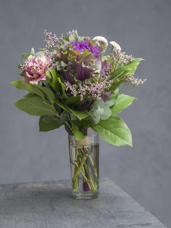 Букет цветков украшает дырочками фиолетовое и зеленую с декоративной капустой стоковое изображение rf