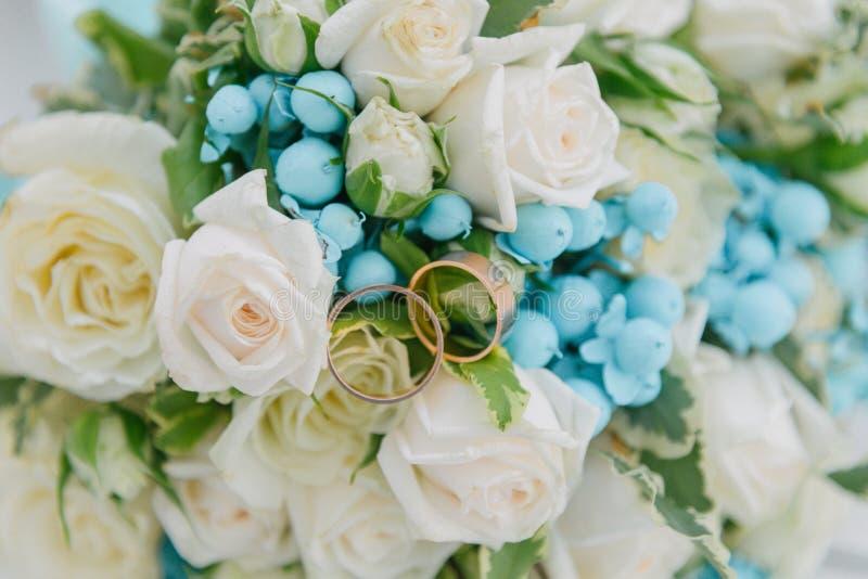 Букет цветков Bride' букет s руки groom невесты букета bridal Floristics кольца предпосылки яркие wedding белизна стоковое изображение rf
