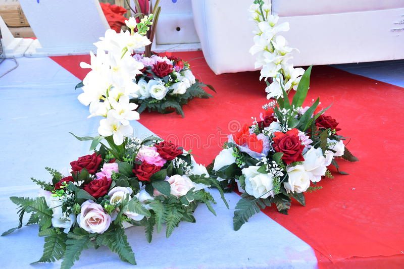 Букет шарлаха и белых роз для wedding стоковые фото