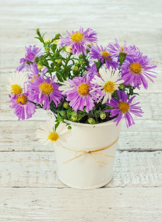 Download Букет ярких Wildflowers в ведре Стоковое Фото - изображение насчитывающей пачка, древесина: 33737188