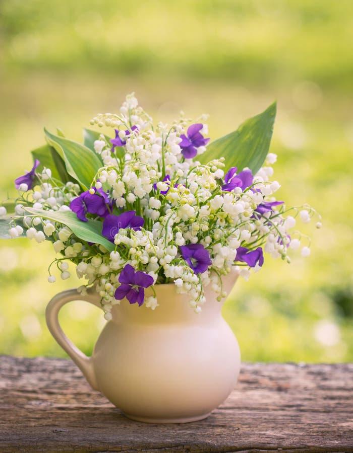 Букет Beautifyl лилий долины и фиолетов стоковое фото