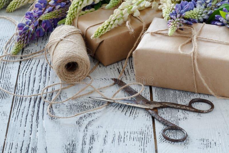 Букет lupine сини цветет на деревянном столе стоковые фотографии rf