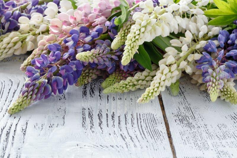 Букет lupine сини цветет на деревянном столе стоковое изображение rf