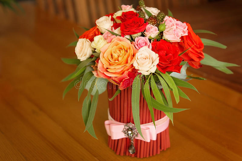 Букет Tenderless в безвкусных красных и оранжевых цветах стоковые изображения