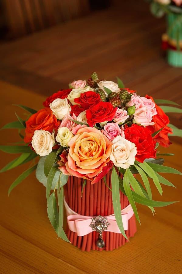 Букет Tenderless в безвкусных красных и оранжевых цветах стоковое фото