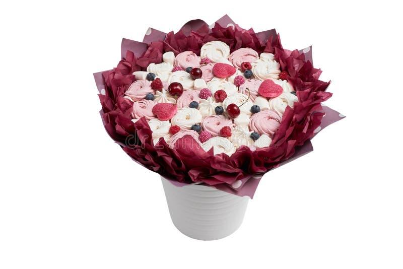 Букет zephyr, зефира, мармелада украшенного с ягодами вишни, поленики и голубики на белой предпосылке стоковые фотографии rf