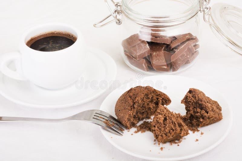 Булочка взломанная на плите, черный кофе шоколада стоковая фотография