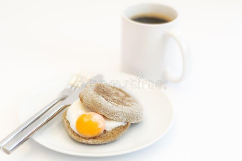 Булочка и кофе краденного яйца на белой предпосылке стоковые изображения