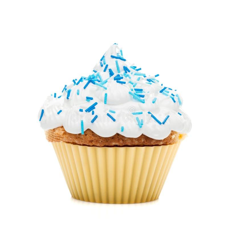 Булочка пирожного при сливк и голубая замороженность изолированные на белом backg стоковая фотография rf