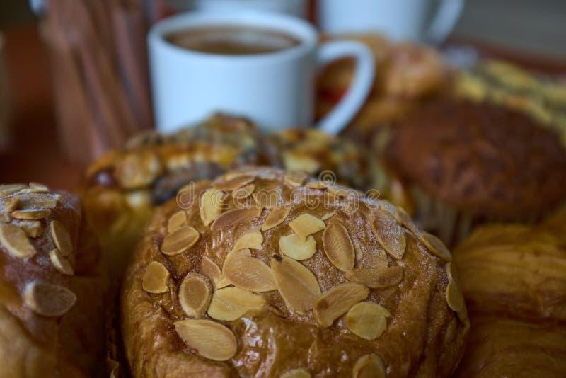 Булочка, торты, крен и крышки изюминки гайки кофе стоковое изображение