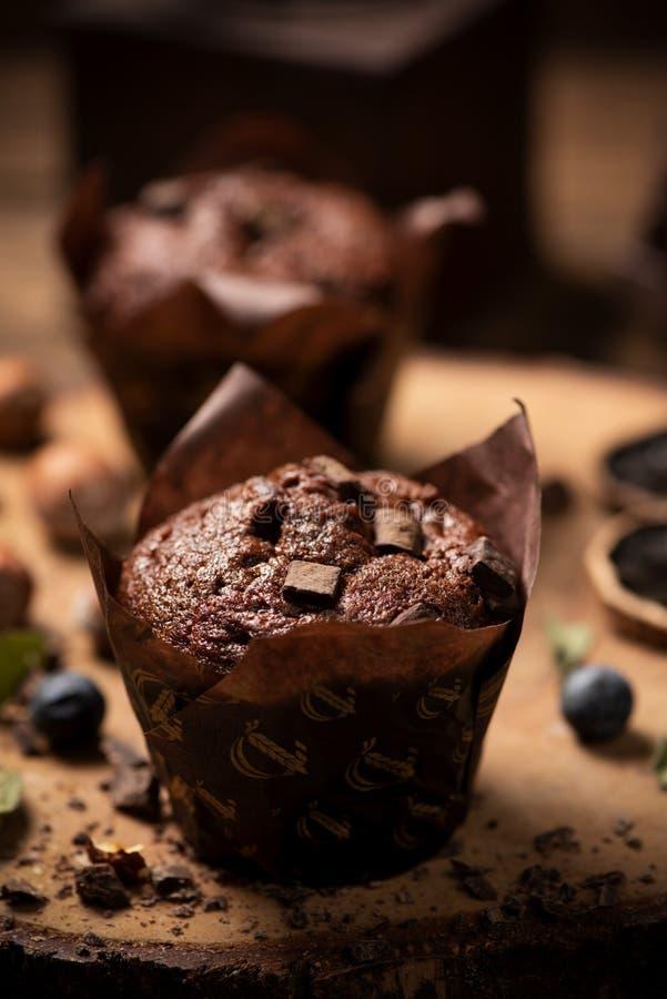 Булочка шоколада с обломоками шоколада стоковые фото