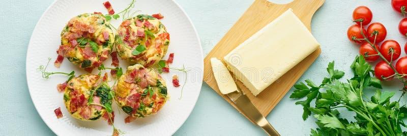 Булочка яйца испеченная с беконом и томатом, ketogenic диетой keto, пастельным современным знаменем взгляда сверху длиной стоковые изображения rf