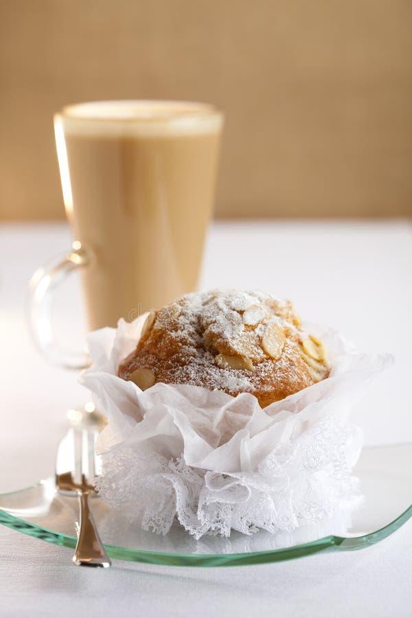 булочка latte кофе миндалины праздничная стоковая фотография rf