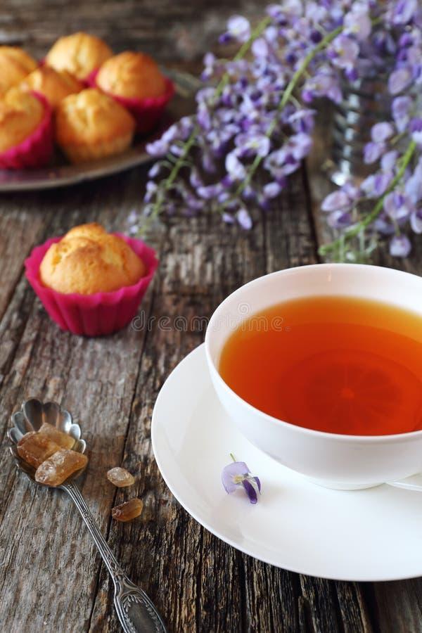 Булочки лимона, чай и цветя голубая глициния стоковые изображения rf