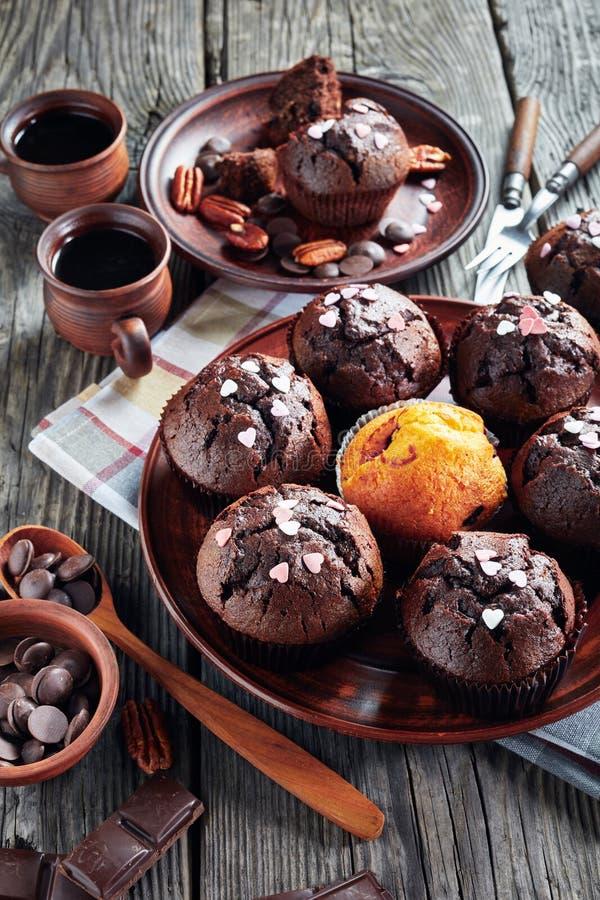 Булочки пекана шоколада на плите глины стоковые изображения
