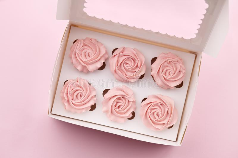 Булочки с сливк цветка форменной в коробке стоковые фото