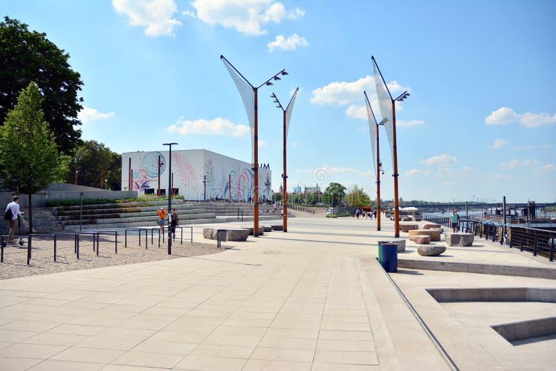 Бульвары Vistulan на западной стороне реки Вислы в Варшаве Прогулка на банке Рекы Висла стоковое фото