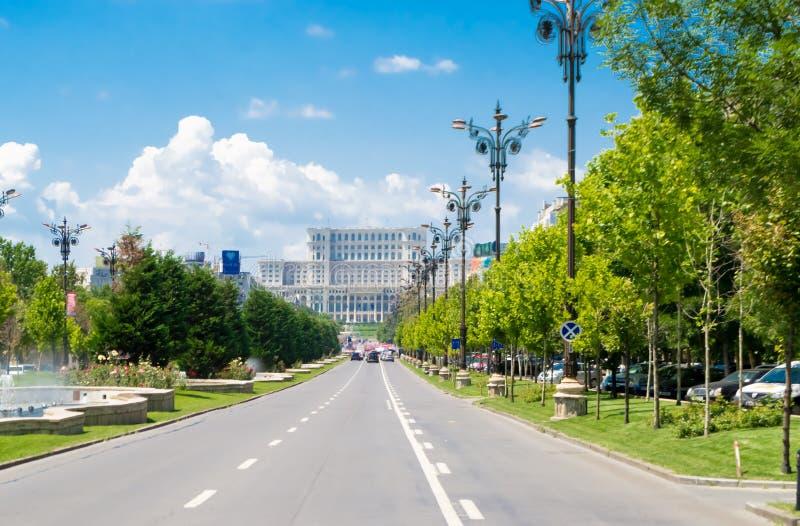 Бульвар соединения и дворец парламента в Бухаресте, Румынии стоковые фотографии rf