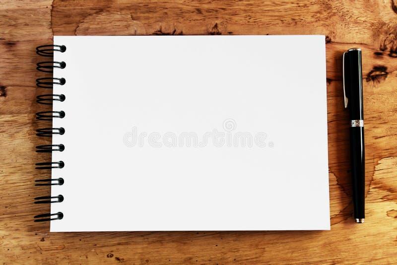 Бумага и ручка примечания на древесине стоковые изображения rf