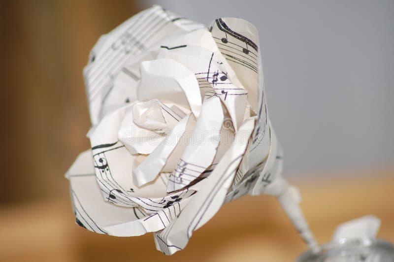 Бумага музыкального примечания подняла при стержень приходя вне стеклянная ваза стоковые изображения rf