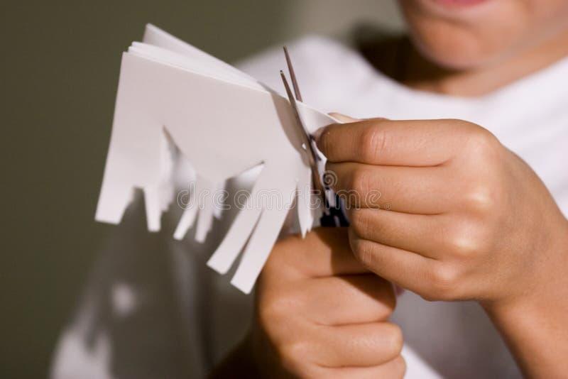 бумага отрезанная мальчиком вне стоковая фотография