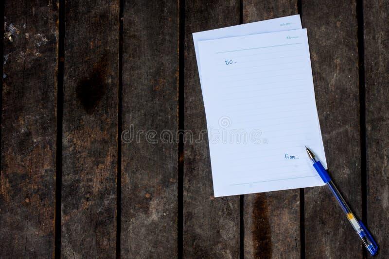 Бумага памятки пишет форму на деревянной таблице стоковое изображение rf