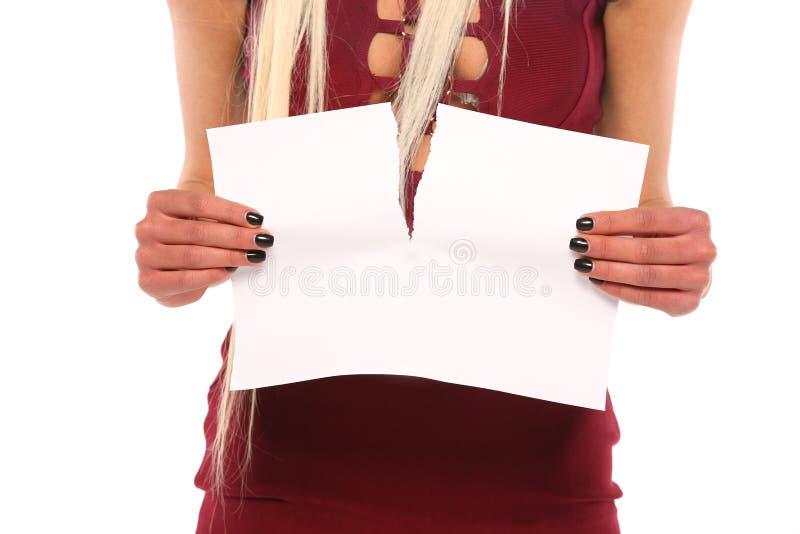 Бумага разрыва руки молодой женщины стоковое изображение rf