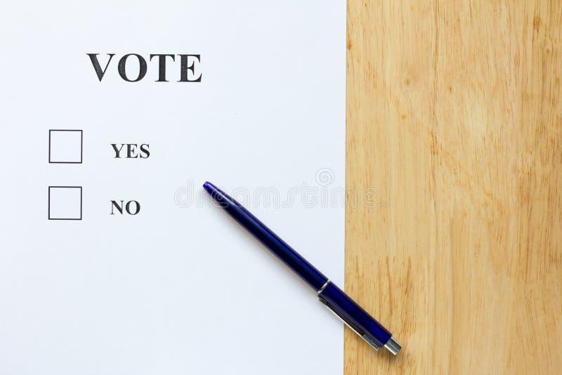 Бумага решения с утвердительным ответом и никаким выбором на деревянной предпосылке стоковое изображение