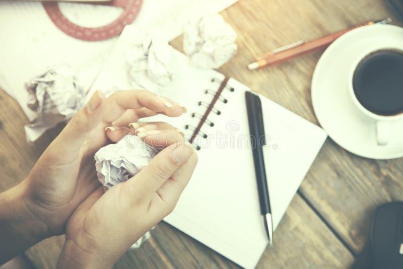 Бумага руки женщины стоковое изображение