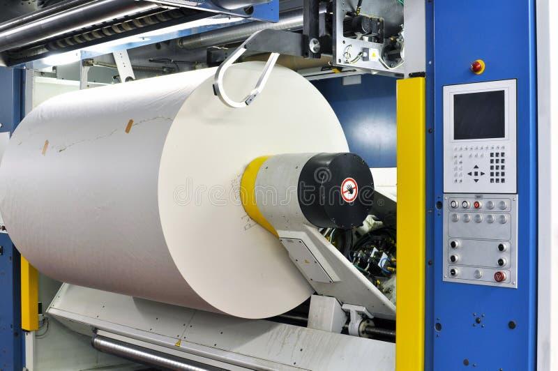 Бумага свертывает в печатной машине магазина оттиска большого формата стоковые фото