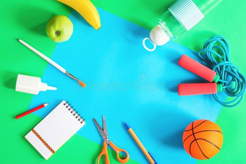 Бумага цвета, детали спорт и канцелярские принадлежности школы стоковые изображения rf