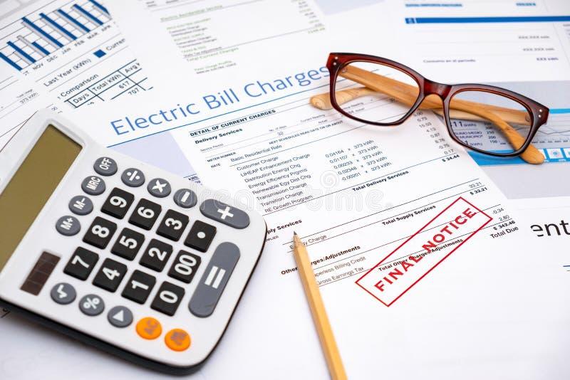 Бумаги концепции и счета за электроэнергию выхода по энергии стоковое фото rf