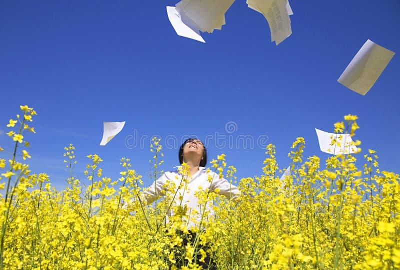 Бумаги офиса женщины бросая в воздухе стоковые изображения